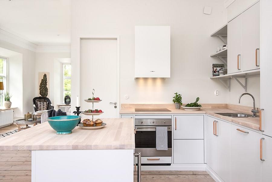 Foto cucina bianca con piani in legno di rossella for Piani di fattoria bianca