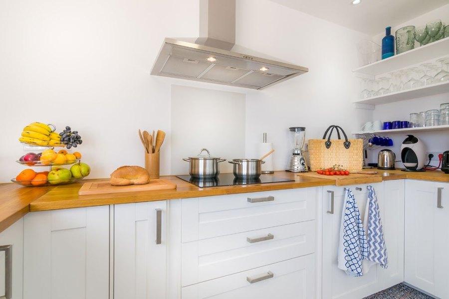Cucina bianca con top in legno