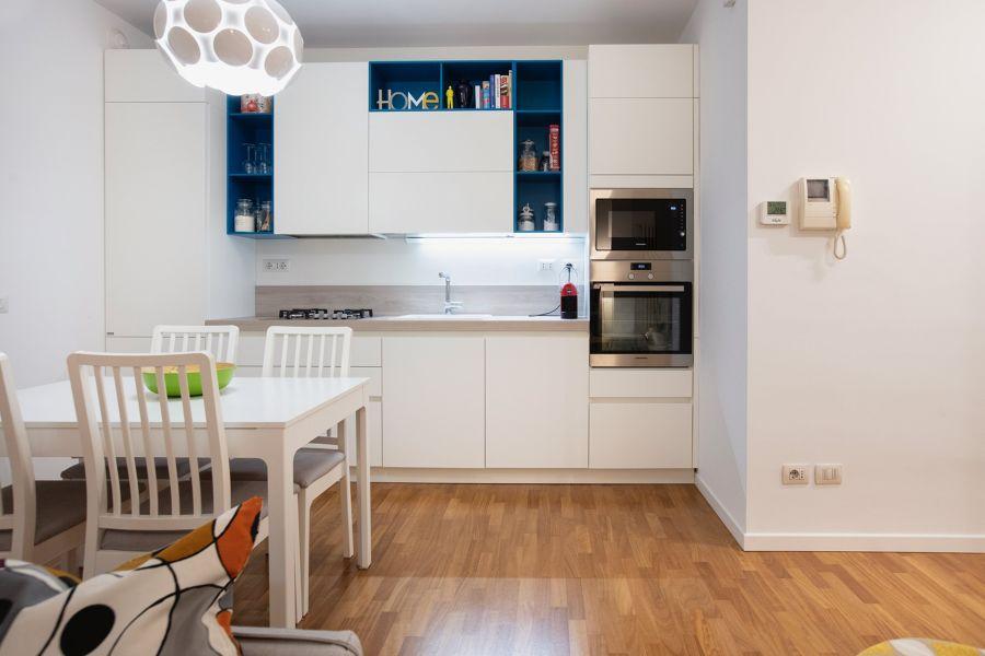 Cucina bianca e blu