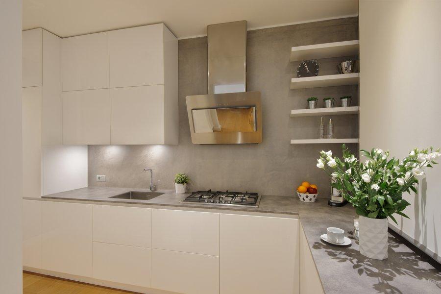 Cucina bianca e pareti grigie