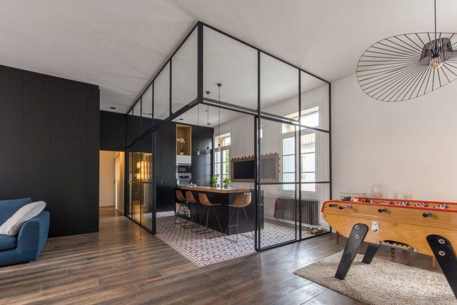 Cucina chiusa da pareti vetrate