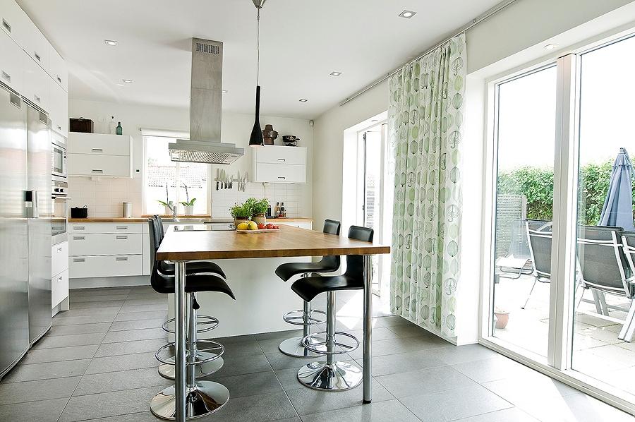 Cucina con isola e sgabelli