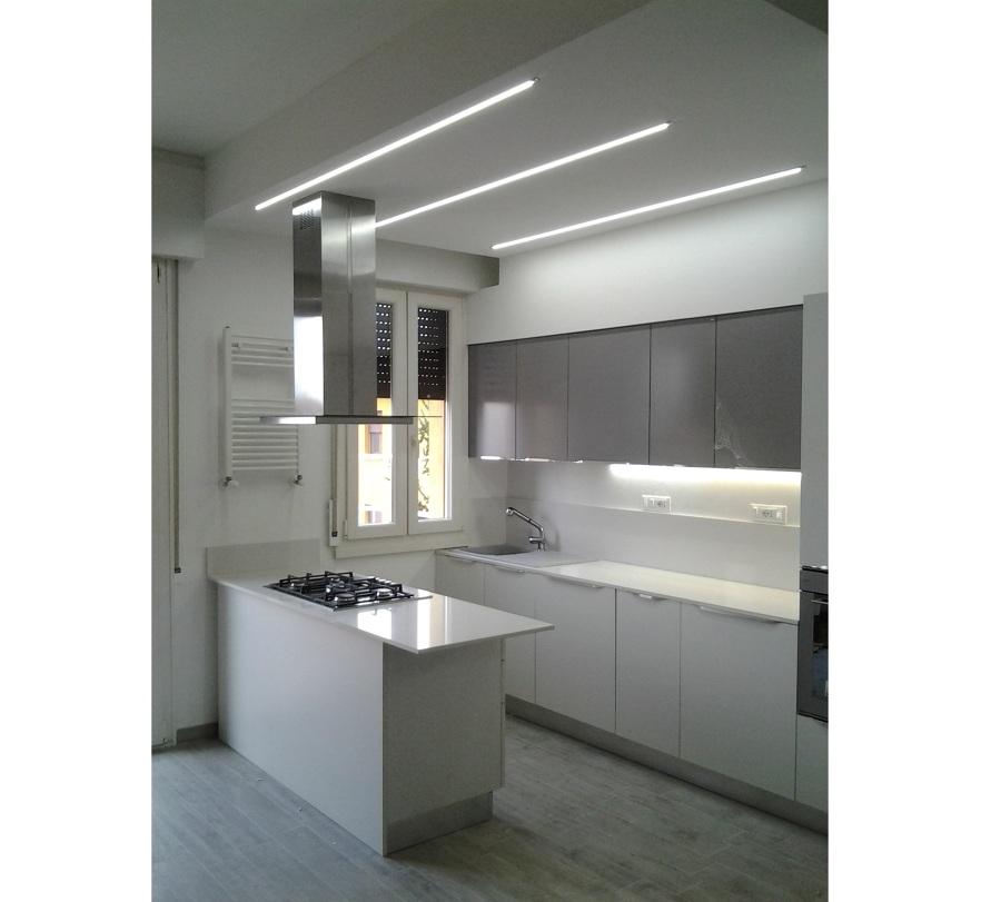 Cucine Moderne Bianche Con Isola.Foto Cucina Con Isola Di Idearecasa Com 266812 Habitissimo