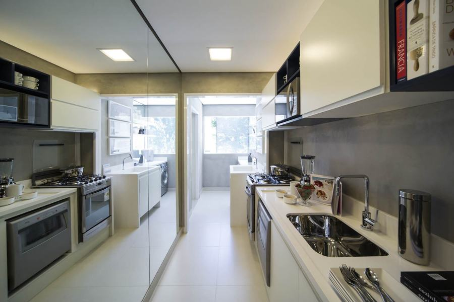 Cucina con parete a specchio