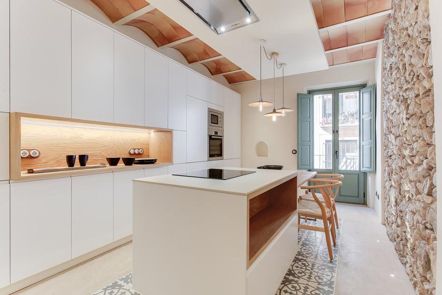 Resina pietra e cementine per un appartamento super accogliente idee ristrutturazione casa - Parete cucina resina ...