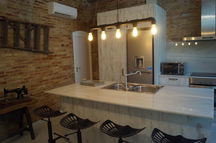 Cucina con pareti in mattoni