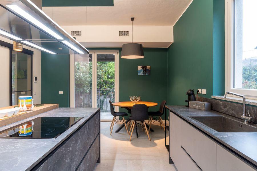 Cucina con pareti verdi