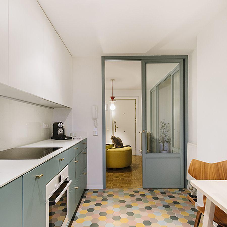 cucina con pavimento a esagoni