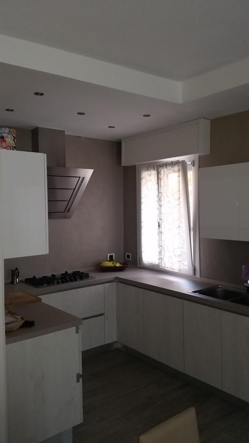 Foto cucina con rivestimento in resina e controsoffitto for Luci led piccole