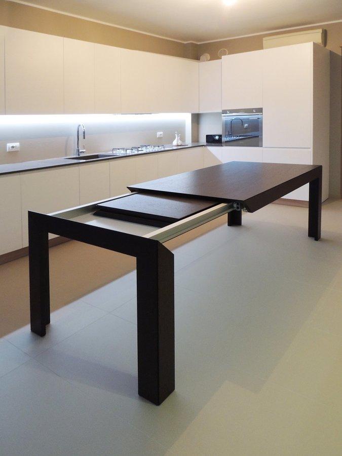 Cucina con tavolo estensibile