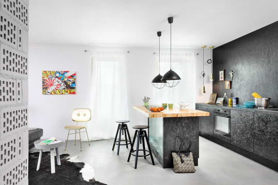 Cucina costruita con pannelli OSB dipinti di nero