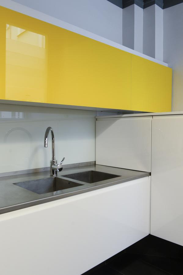 cucina gialla, bianca e grigia