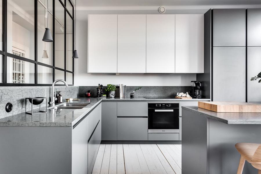 Foto cucina grigia moderna con vetrata di rossella - Cucine con vetrate ...