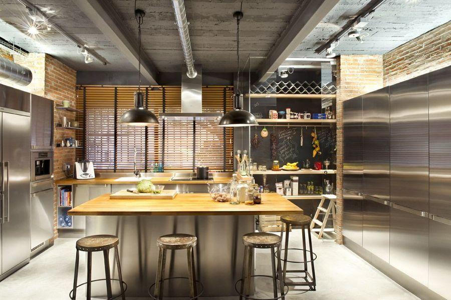 Cucina in acciaio con piano in legno