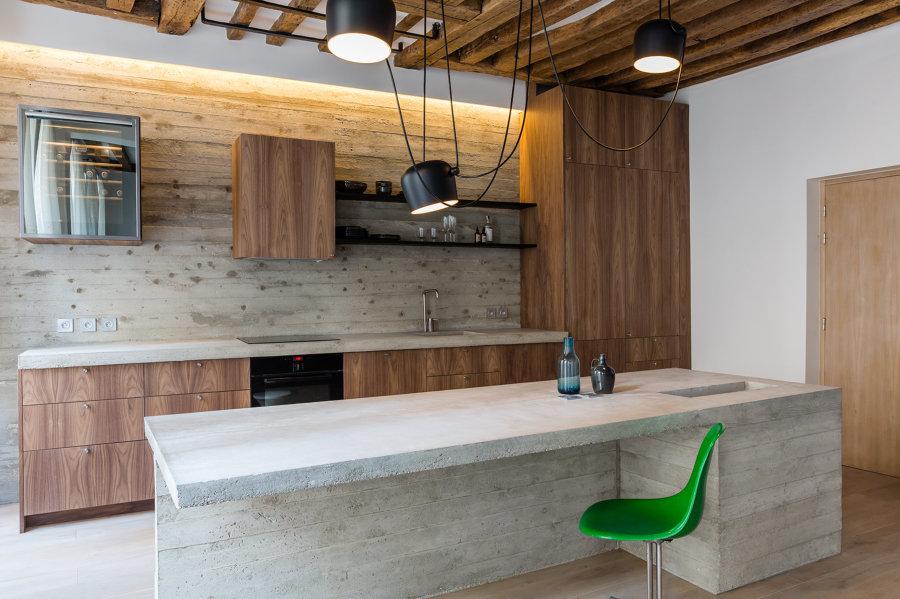 Cucina in cemento e legno moderna