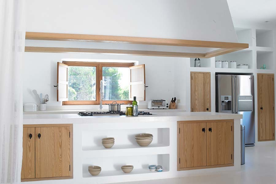 Cucina in muratura bianca con ante in legno