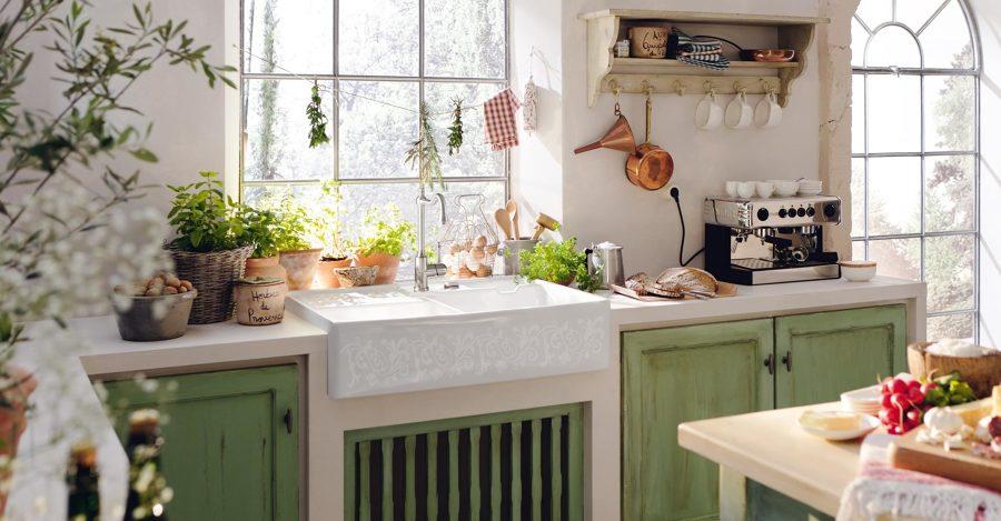 Cucina in muratura con ante verdi