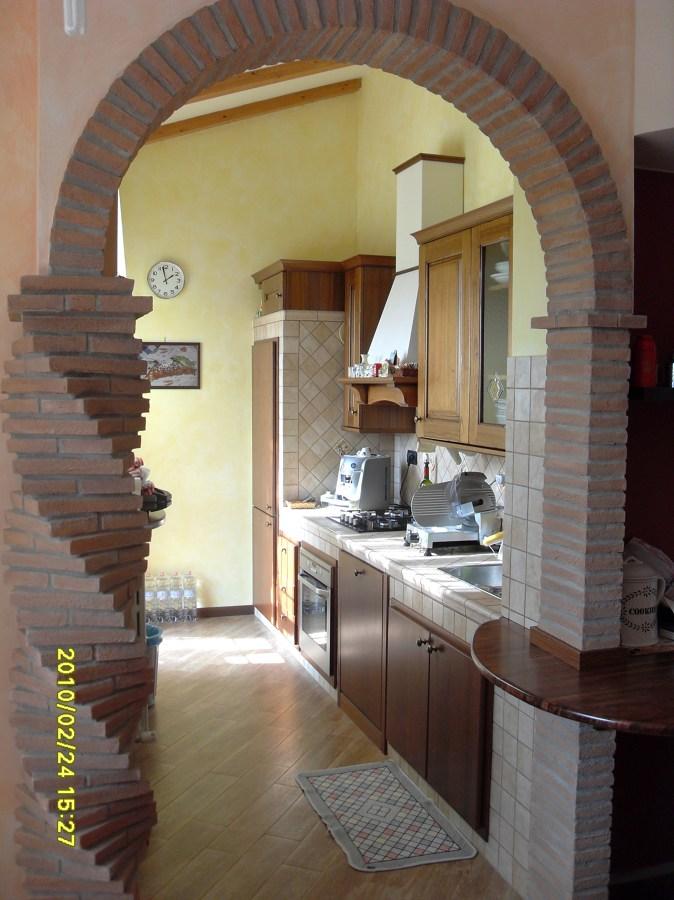 Foto: Cucina In Muratura con Arco Tutto Sesto di ...