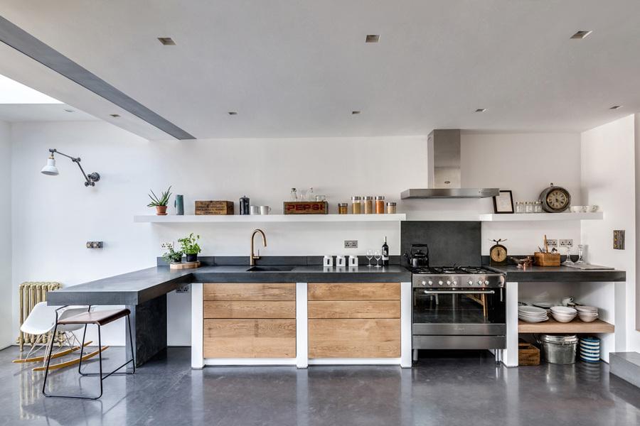 Foto cucina in muratura con piano scuro di rossella - Top cucina in cemento ...