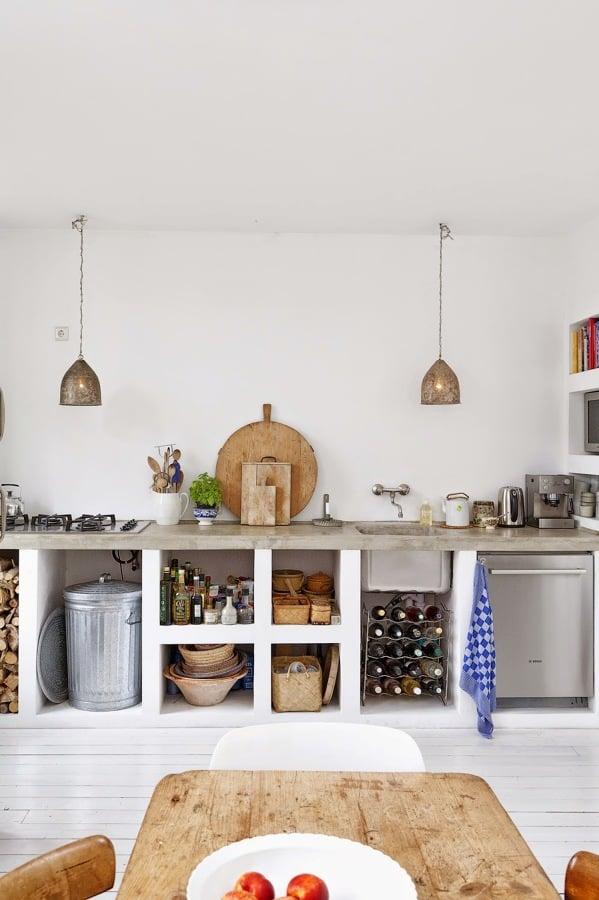 Cucina in muratura con ripiani a vista