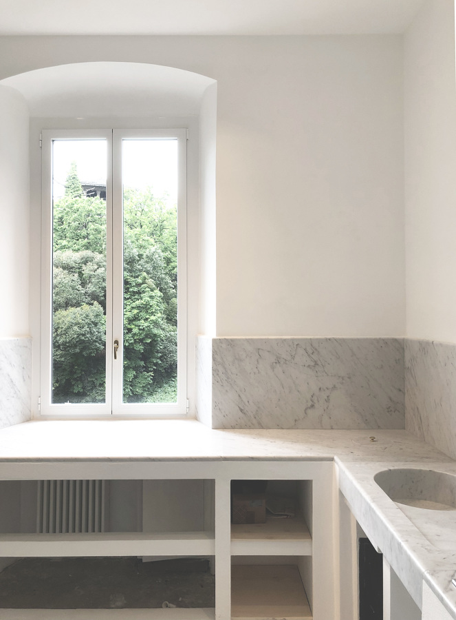 Cucina in muratura e marmo e nuovi serramenti