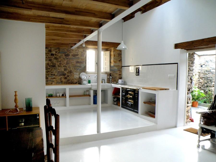 Cucina in muratura e pareti in pietra