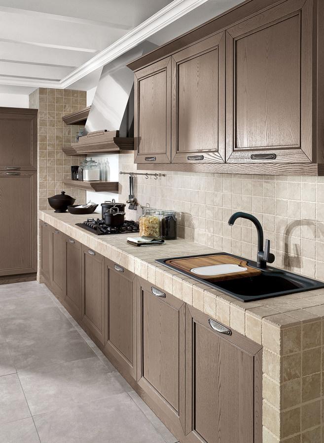 Cucina in muratura rivestita con piastrelle quadrate