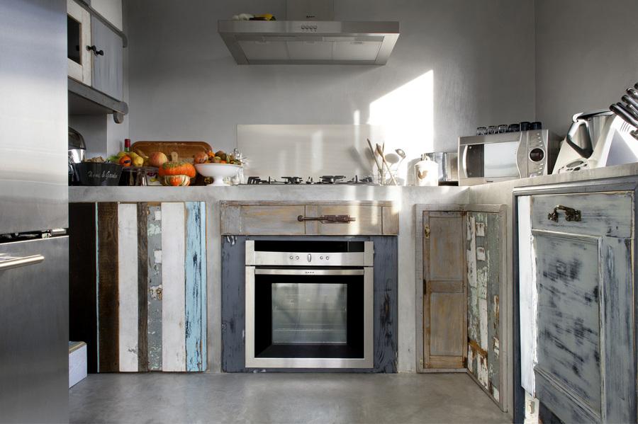 Foto: Cucina In Muratura Rivestita In Resina con Ante di Recupero di ...