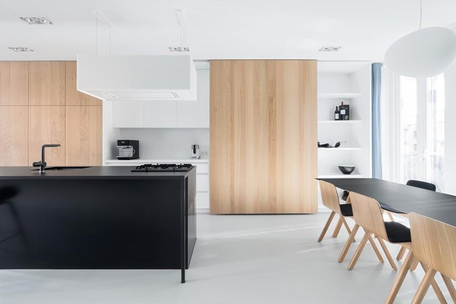 Cucina minimalista con ante in legno