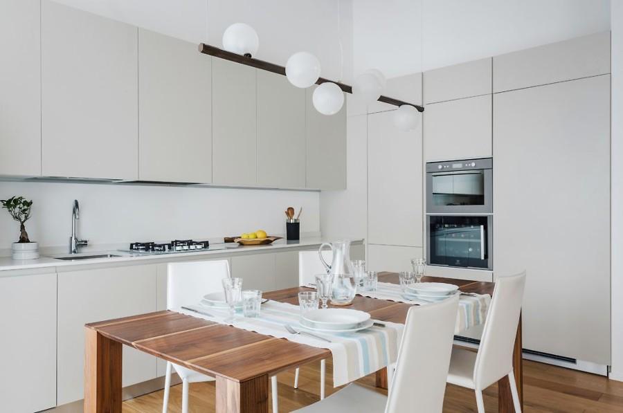 Cucina moderna con tavolo in legno