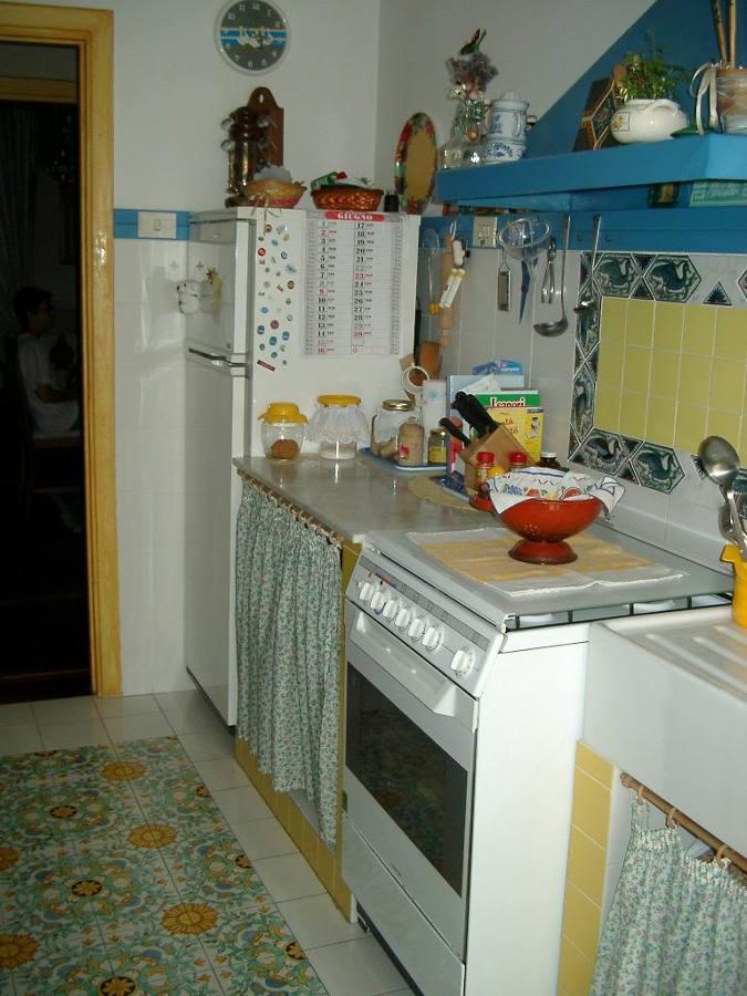 Rielaborazione di un appartamento per una nuova vita for Tendine per cucina rustica