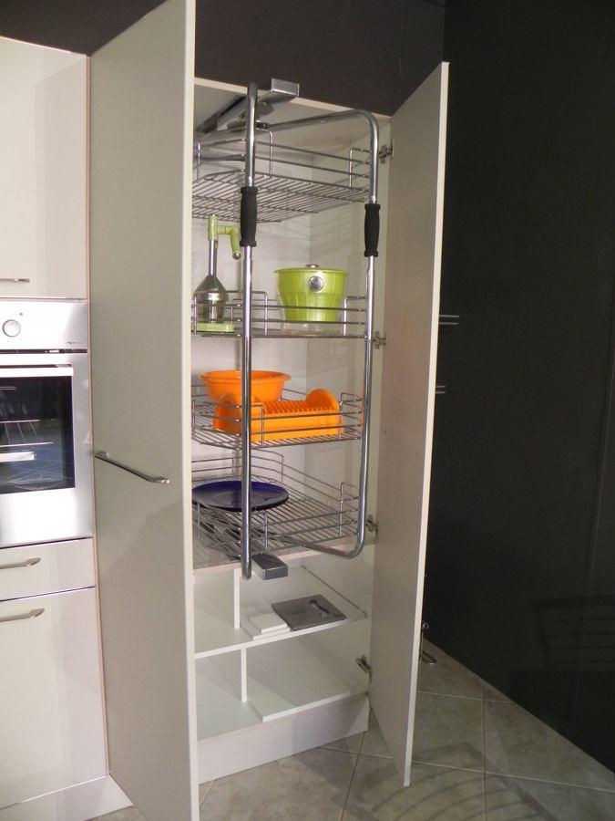 Cucina Chiara - particolare della colonna con meccanismo estraibile girevole