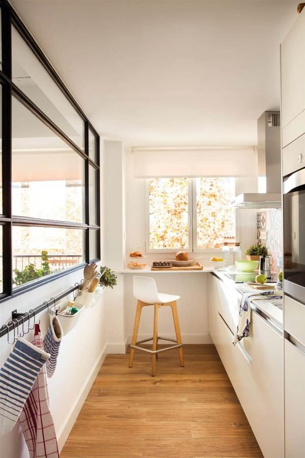 Cucina stretta e lunga con vetrata
