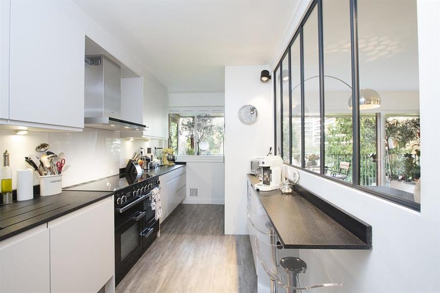 foto: cucina stretta e lunga con vetrata sulla zona giorno di