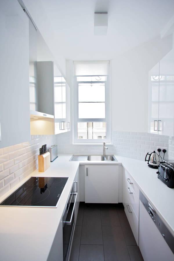 Cucina stretta e lunga totalmente bianca