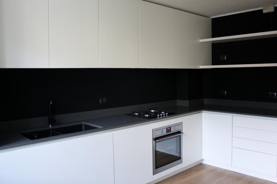 cucina su misura con fondo effetto lavagna