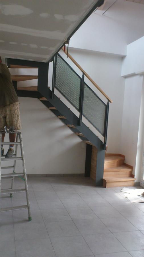 stato realizzato un soppalco sopra la cucina per una camera da letto ...