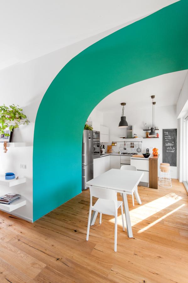 Cucina/zona pranzo vista della volta colorata