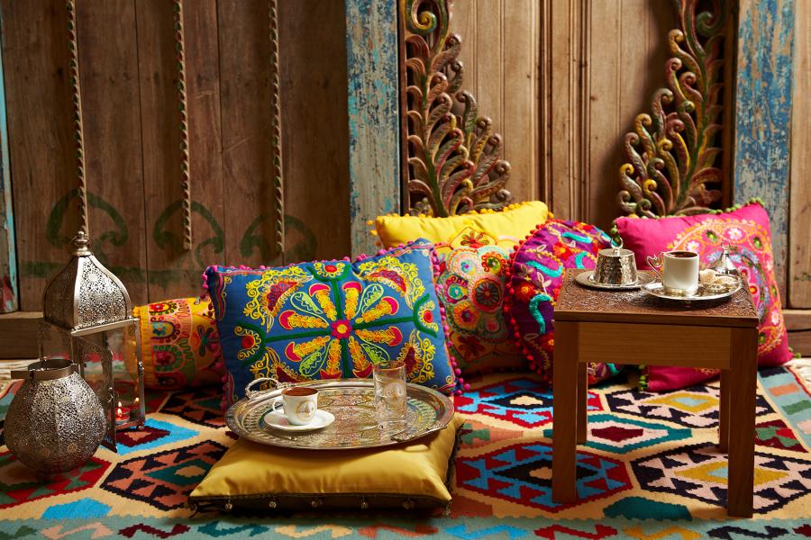 cuscini etnici colorati con pon pon