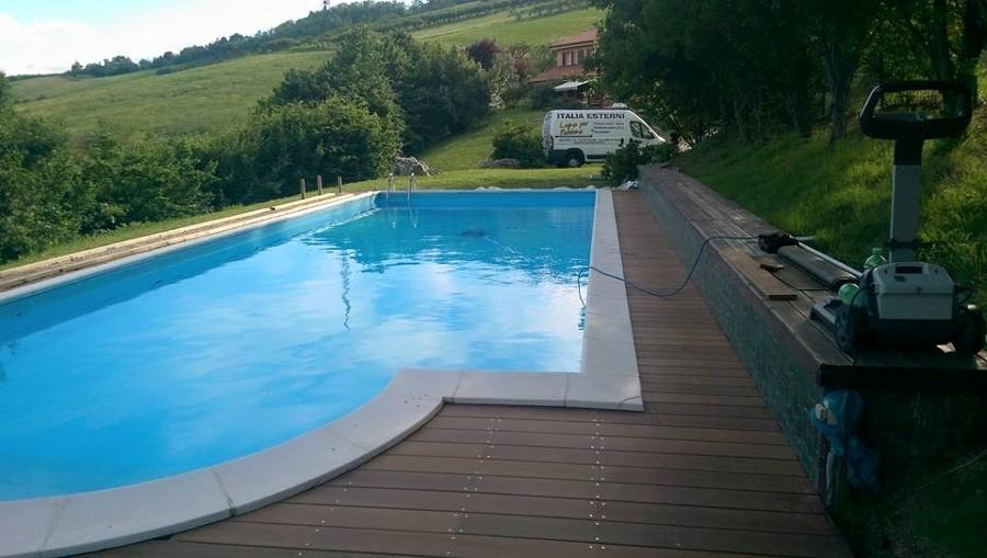 Decking esterno piscina