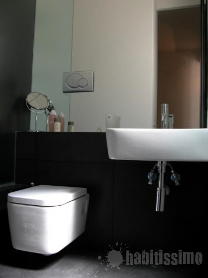 Dettaglio del bagno di servizio di un appartamento ristrutturato su progetto di una coppia di architetti europei
