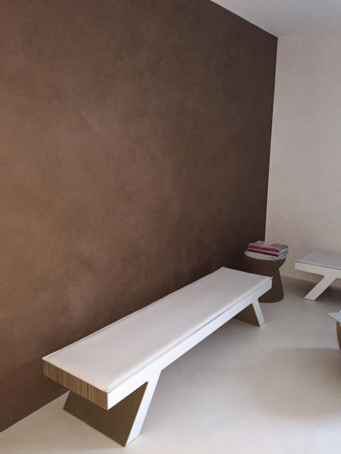 dettaglio parete in  cemento resina e pavimentazione