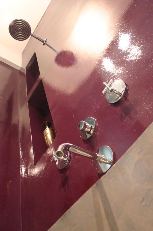 dettaglio parete in resina con nicchie zona vasca