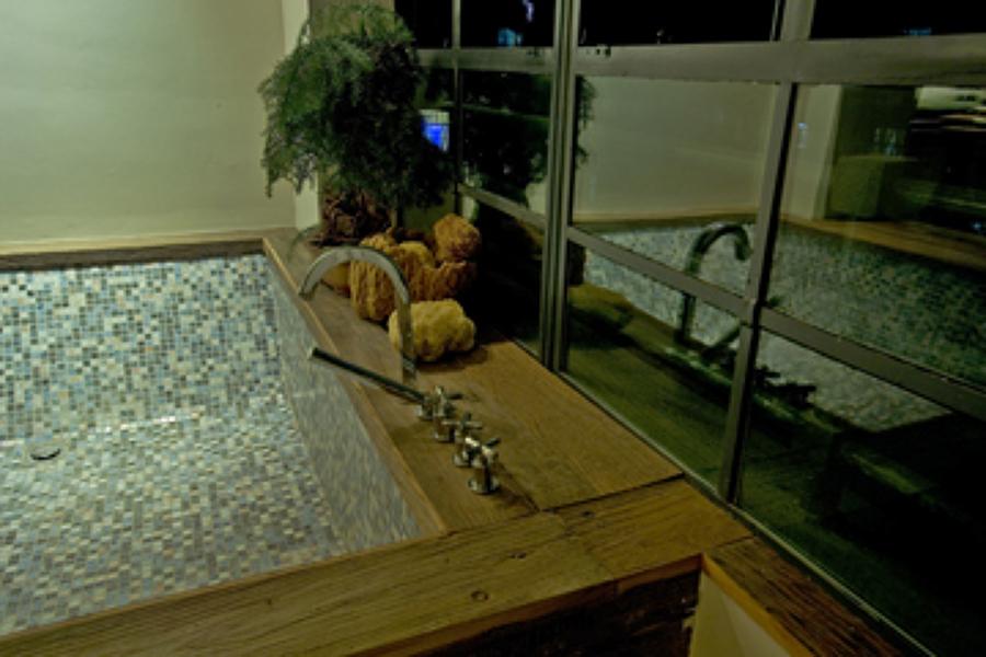 dettaglio vasca in mosaico e legno