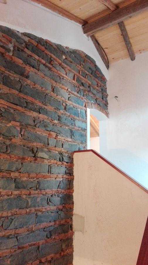 Lavori di ristrutturazione di antico casale a catania for Scala in pietra lavica