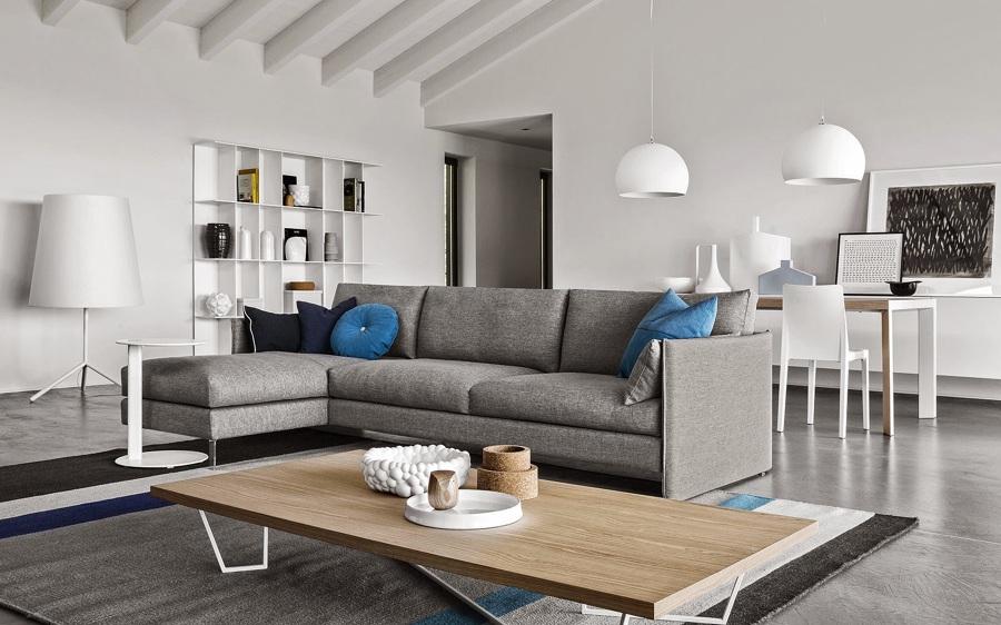 Come arredare una stanza irregolare idee mobili - Divano ad l ...