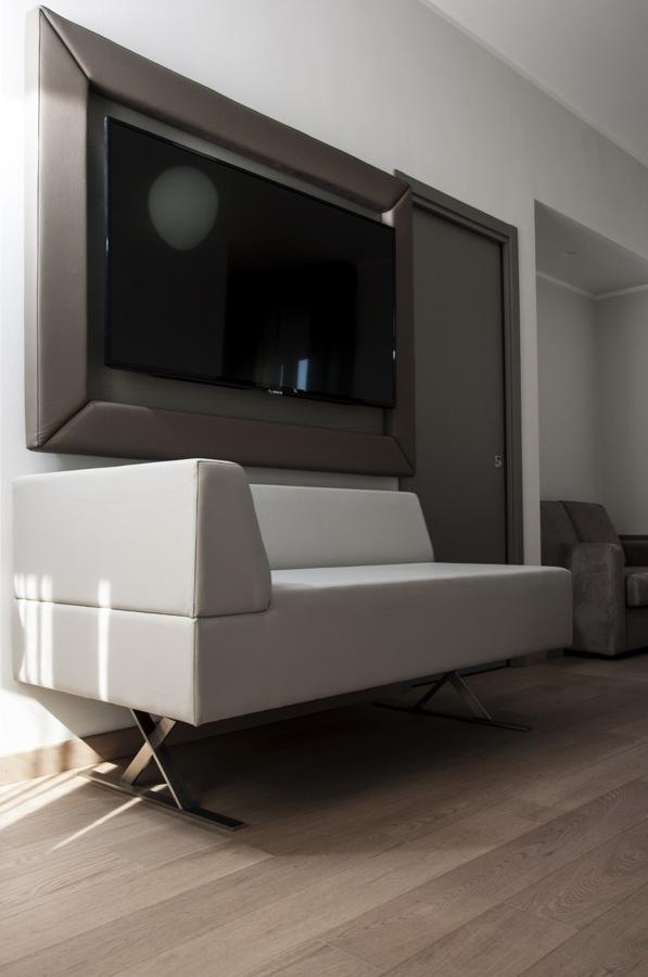 divano e copertura TV