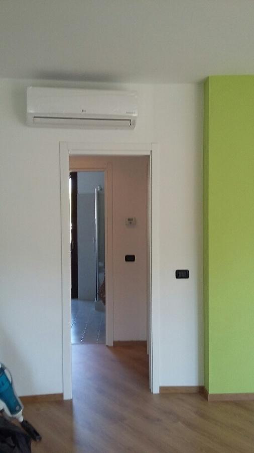 divisorio finito con montaggio porta e split integrato