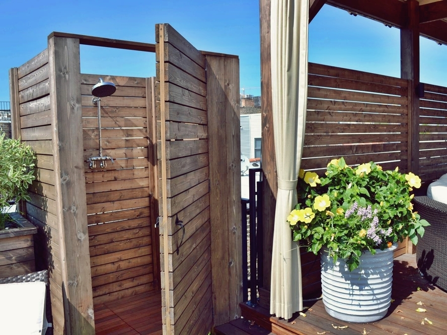 Goditi una doccia in giardino idee interior designer - Duchas exteriores para piscinas ...