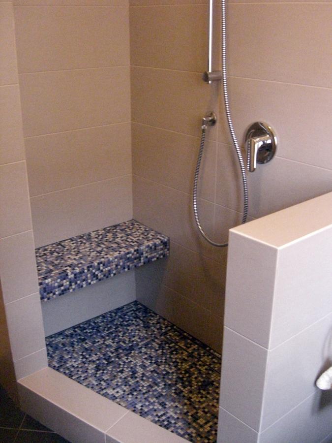 Foto doccia costruita su misura per disabili di icis - Bagno disabili con doccia ...